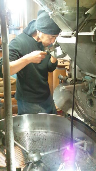 コーヒー豆の炭火焙煎