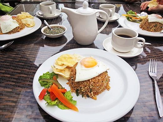 パラパットのホテルでのナシゴレンの朝食