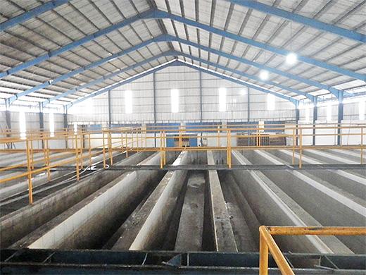 20槽並ぶ水洗式の発酵槽